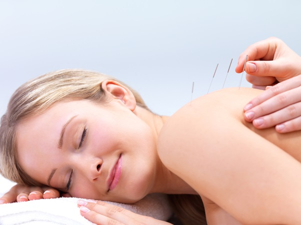 Acupuncture-treatment-with-woman-relaxing